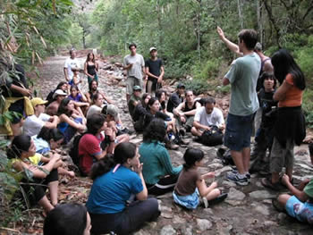 Edison Luís telling the class some tracking stories, Barra do Dia 2007.